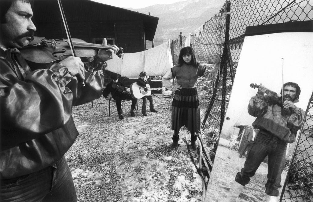 Trento, 1985 - Campo nomadi © Gianni Berengo Gardin/Courtesy Fondazione Forma per la Fotografia