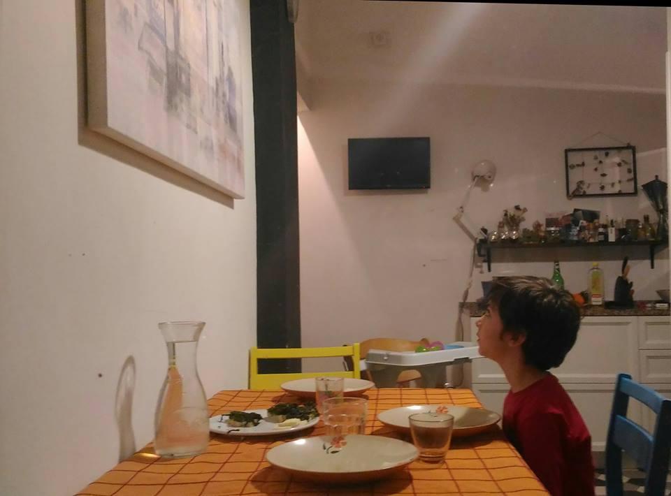 7.Pietro Francini osserva l'opera installata nell'ambiente domestico