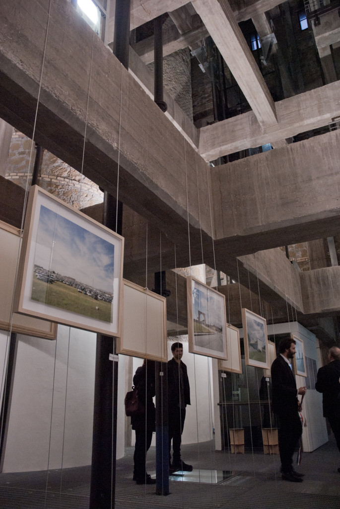 Primo ambiente della Ex Torre Idrica durante l'inaugurazione della mostra Metamorfosi e Metafisiche. Ben visibili le travi in cemento armato. Ph. IL MURO