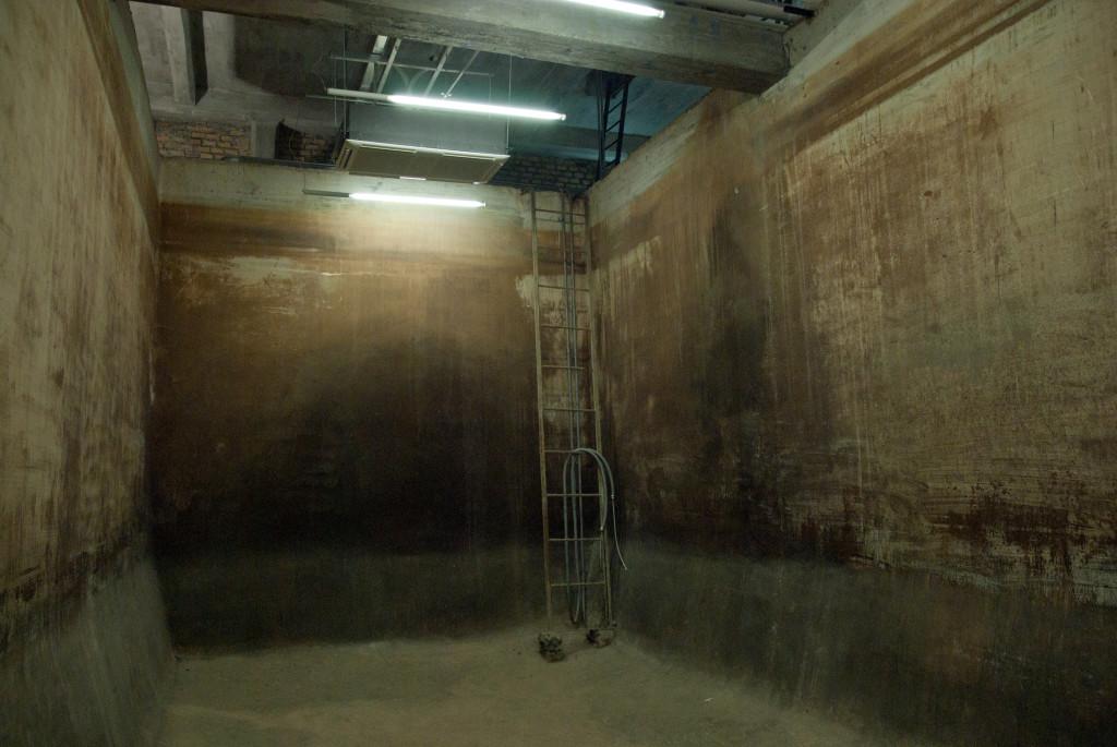 Ambiente della vasca. Le pareti mostrano la colorazione acquistata a contatto con l'acqua durante gli anni di attività dell'acquedotto, colorazione che è stata lasciata intatta durante il restauro a testimonianza dei vari livelli raggiunti dall'acqua nel corso del tempo. Ph. IL MURO