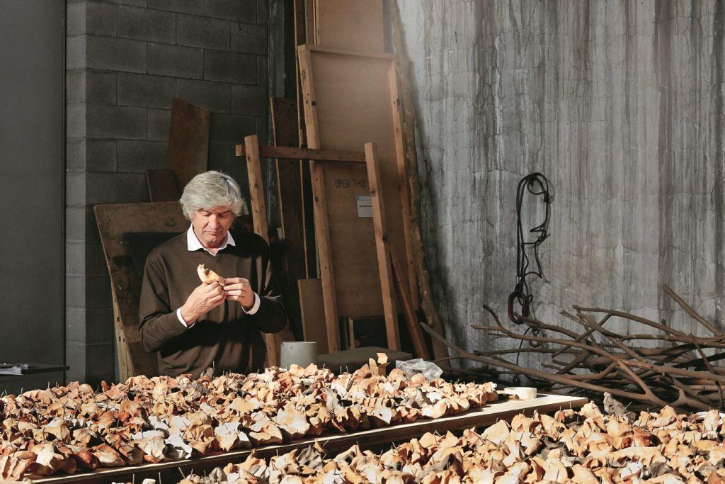 GIUSEPPE PENONE Giuseppe Penone nel suo studio a Torino, Italia, novembre 2016 Foto: Angela Moore © Archivio Penone