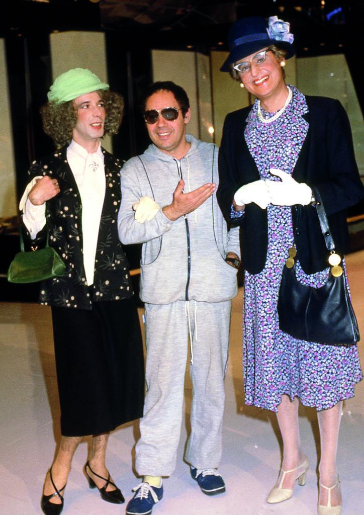 Gianni Boncompagni tra Renzo Arbore e Roberto Benigni nei panni delle rispettive mamme, Drim, 1980 © Edgardo della Scorciosa - Archivio Agenzia Aldo Liverani