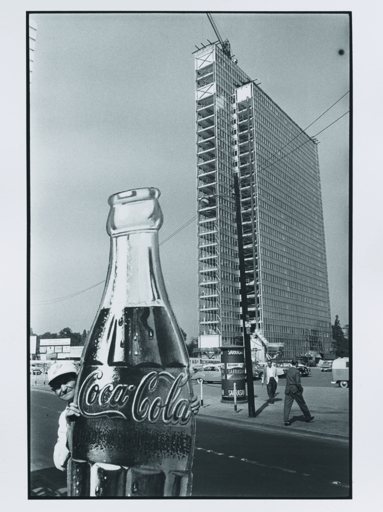 """René Burri Costruzione di un edificio a più piani Düsseldorf 1959 Serie """"Die Deutschen"""" © René Burri"""